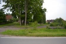 подъезд к участкам по проселочной дороге до желтого жилого дома